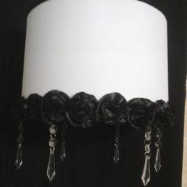 Colgante con flores artesanales y caireles de 30x30x20cm